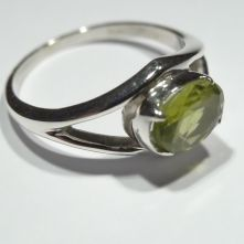 R165-PER-Peridot Split Band Oval Facet Pattern Ring